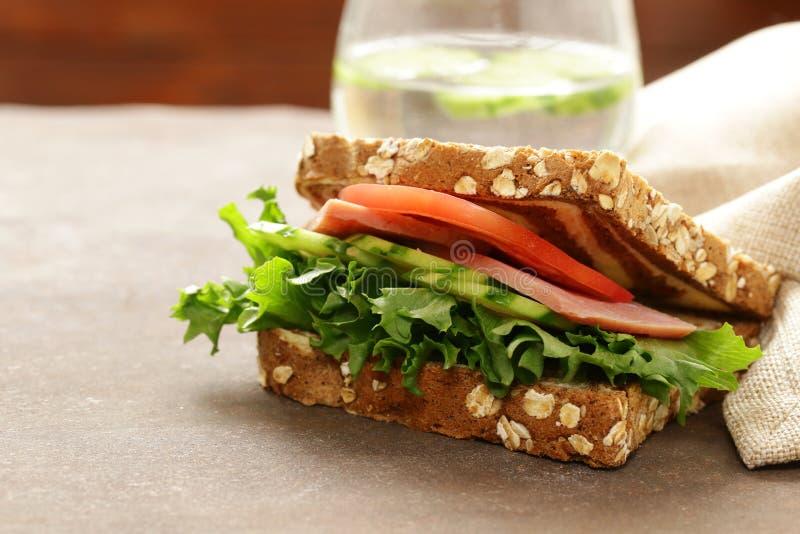 σάντουιτς με το ζαμπόν, ντομάτα, αγγούρια στοκ εικόνα με δικαίωμα ελεύθερης χρήσης