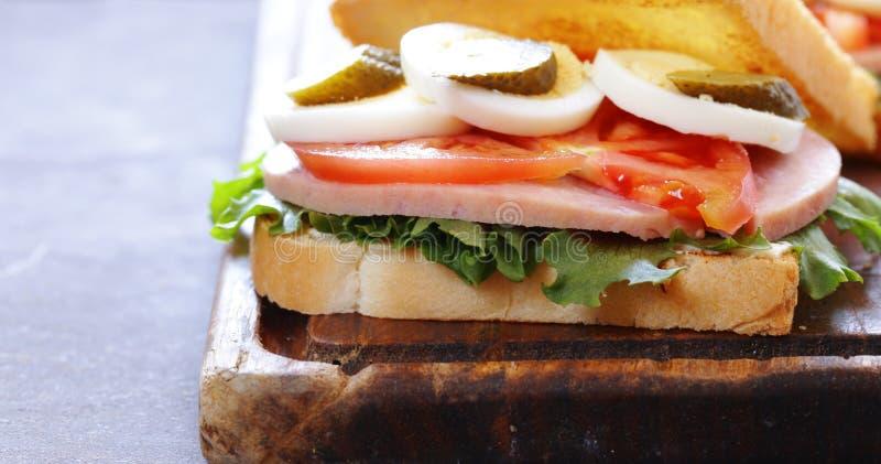Σάντουιτς με το ζαμπόν, ντομάτα, αυγό στοκ εικόνες με δικαίωμα ελεύθερης χρήσης