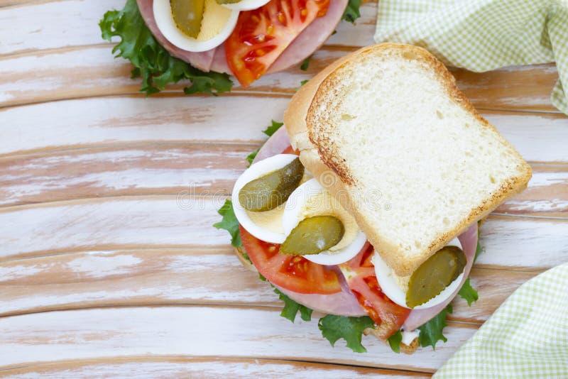 Σάντουιτς με το ζαμπόν, ντομάτα, αυγό στοκ φωτογραφία με δικαίωμα ελεύθερης χρήσης