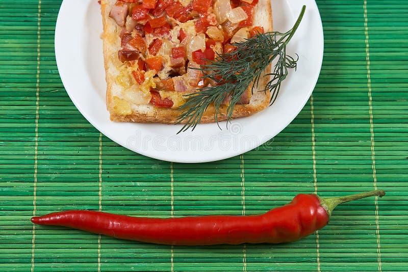 Σάντουιτς με το κόκκινο πιπέρι ζαμπόν και το αυγό ντοματών στοκ εικόνες με δικαίωμα ελεύθερης χρήσης