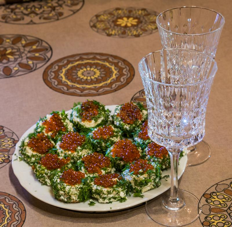 Σάντουιτς με το κόκκινο χαβιάρι και πράσινα σε πιάτο και δύο γυαλιά στοκ φωτογραφίες με δικαίωμα ελεύθερης χρήσης