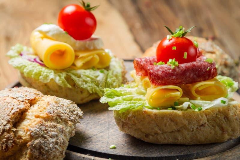 Σάντουιτς με το σαλάμι, την ντομάτα, το τυρί και το μαρούλι στοκ φωτογραφίες