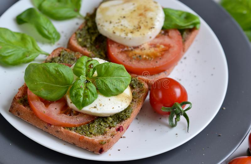 Σάντουιτς με το τυρί μοτσαρελών και τις κόκκινες ντομάτες στοκ φωτογραφία με δικαίωμα ελεύθερης χρήσης