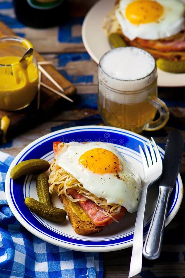 Σάντουιτς με sauerkraut, το ζαμπόν και τα τηγανισμένα αυγά στοκ εικόνες