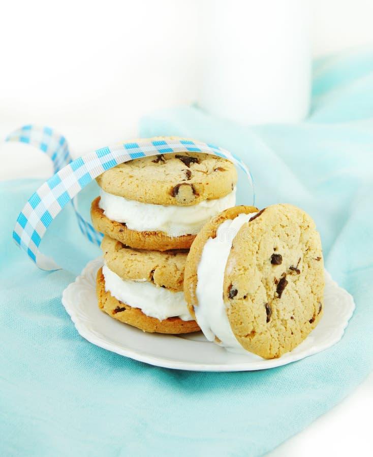σάντουιτς πάγου κρέμας μπισκότων σοκολάτας τσιπ στοκ φωτογραφία με δικαίωμα ελεύθερης χρήσης