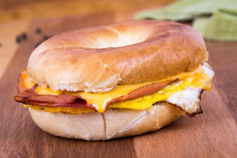Σάντουιτς προγευμάτων ζαμπόν, αυγών και τυριών Bagel στοκ εικόνες με δικαίωμα ελεύθερης χρήσης