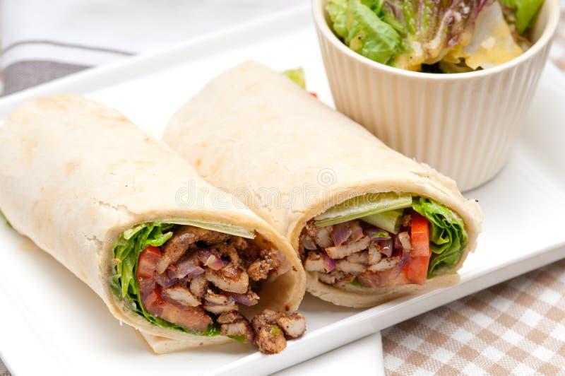 Σάντουιτς ρόλων περικαλυμμάτων pita κοτόπουλου shawarma Kafta στοκ φωτογραφία