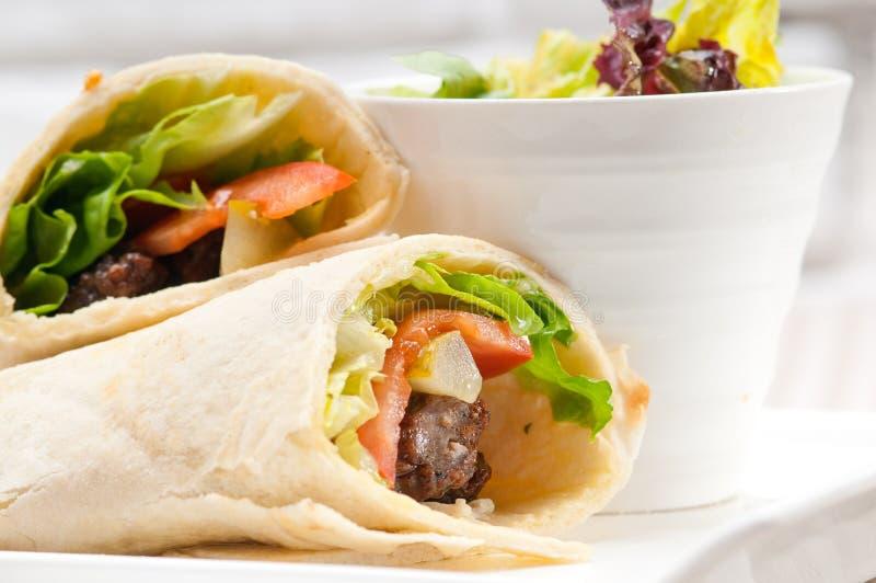 Σάντουιτς ρόλων περικαλυμμάτων pita κοτόπουλου shawarma Kafta στοκ φωτογραφία με δικαίωμα ελεύθερης χρήσης