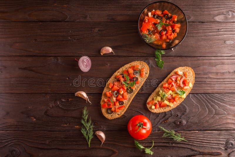 Σάντουιτς σαλάτας, σαλάτα ντοματών με τις ελιές και αγγούρι πρασινάδα στοκ φωτογραφίες