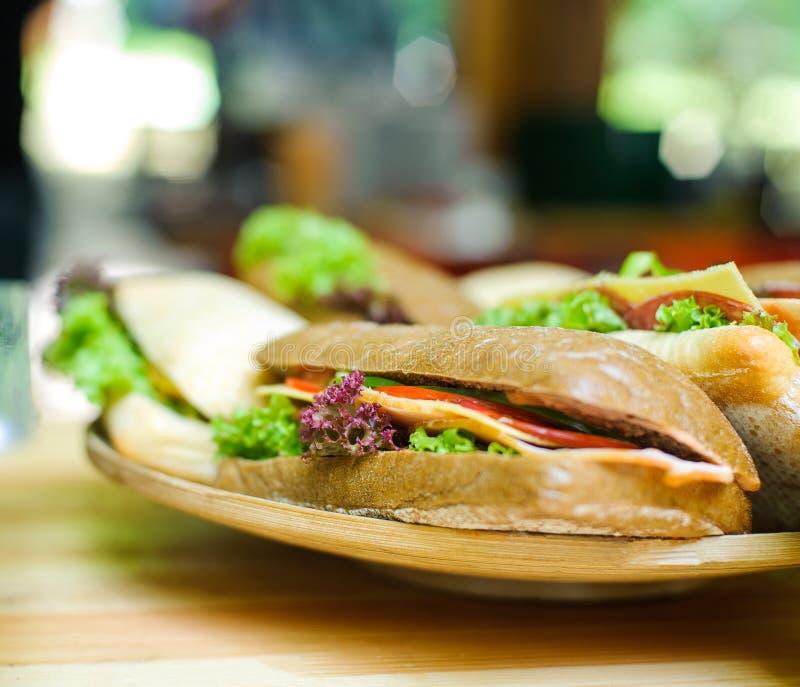 Σάντουιτς σε ένα ξύλινο πιάτο στοκ εικόνες