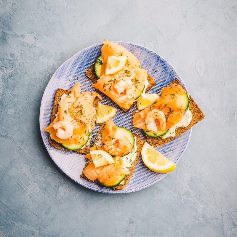 Σάντουιτς σολομών που εξυπηρετούνται στο πιάτο στοκ εικόνες