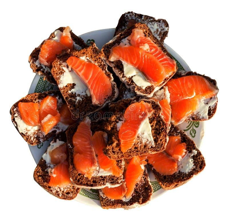 Σάντουιτς του ψωμιού σίκαλης με τα βουτύρου και κόκκινα ψάρια στο πιάτο που απομονώνεται στην άσπρη υψηλή αντίθεση στοκ φωτογραφία με δικαίωμα ελεύθερης χρήσης
