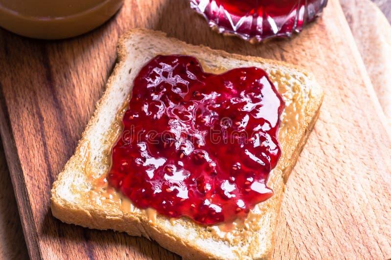 Σάντουιτς φρυγανιάς με τη μαρμελάδα φυστικοβουτύρου και σμέουρων στοκ φωτογραφίες
