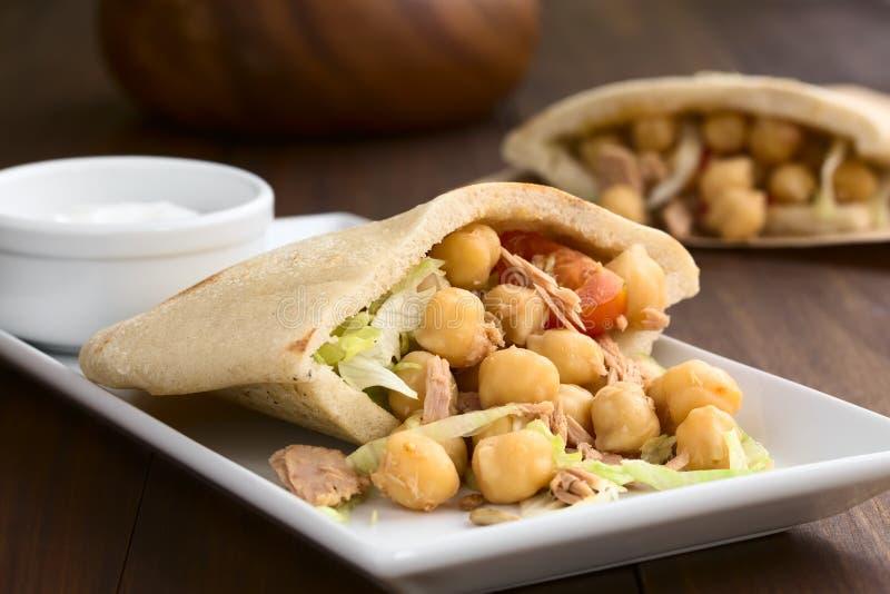 Σάντουιτς Pita με Chickpea και τον τόνο στοκ εικόνα με δικαίωμα ελεύθερης χρήσης
