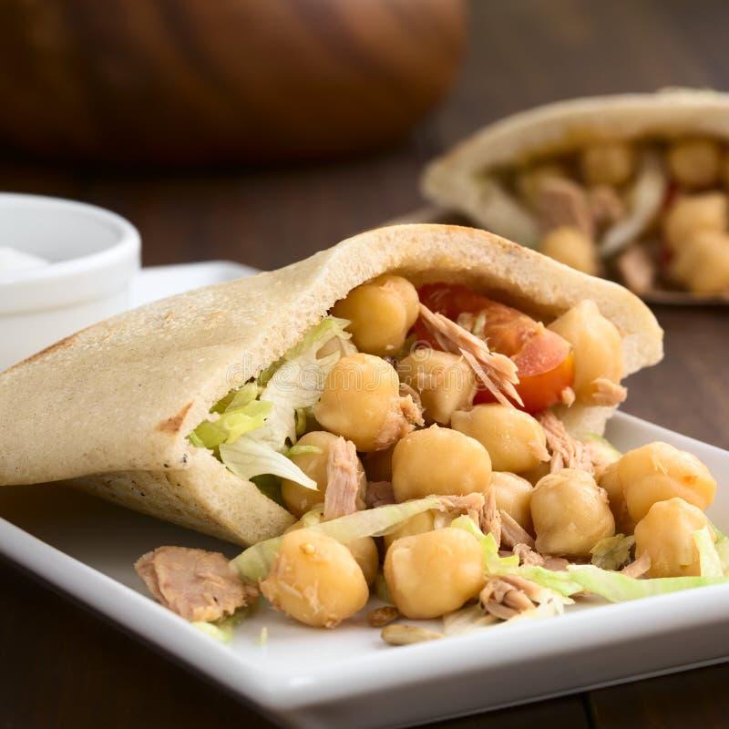 Σάντουιτς Pita με Chickpeas και τον τόνο στοκ εικόνες με δικαίωμα ελεύθερης χρήσης