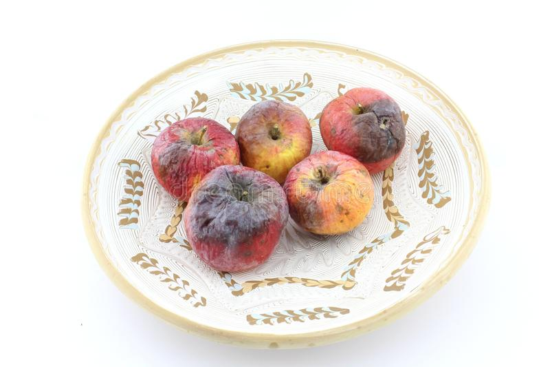 Σάπιο μήλο στο διακοσμητικό πιάτο στοκ φωτογραφία με δικαίωμα ελεύθερης χρήσης