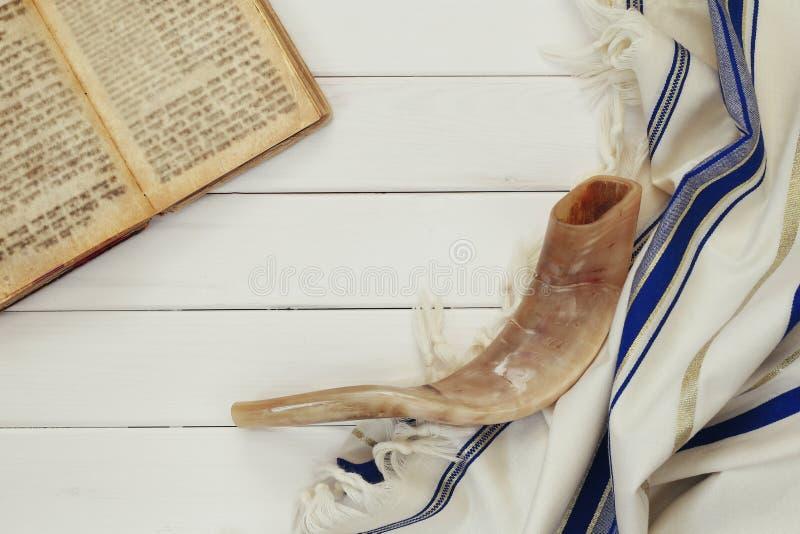 Σάλι προσευχής - εβραϊκό θρησκευτικό σύμβολο Tallit και Shofar (κέρατο) στοκ φωτογραφίες με δικαίωμα ελεύθερης χρήσης