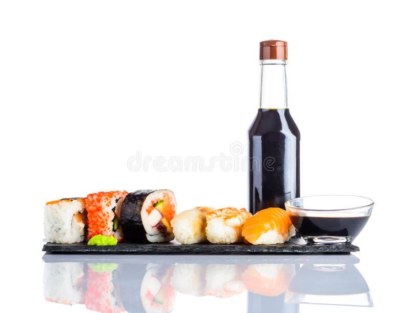 Σάλτσα σουσιών και σόγιας στο άσπρο υπόβαθρο στοκ εικόνες με δικαίωμα ελεύθερης χρήσης
