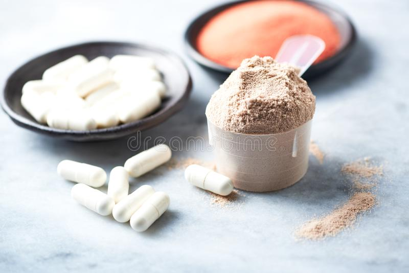 Σέσουλα της πρωτεΐνης ορρού γάλακτος, των καψών βήτα-αλανινών και της σκόνης κρεατίνης Αθλητική διατροφή στοκ εικόνα