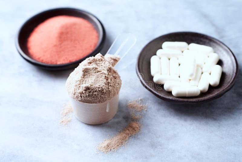 Σέσουλα της πρωτεΐνης ορρού γάλακτος, των καψών βήτα-αλανινών και της σκόνης κρεατίνης Αθλητική διατροφή στοκ φωτογραφία
