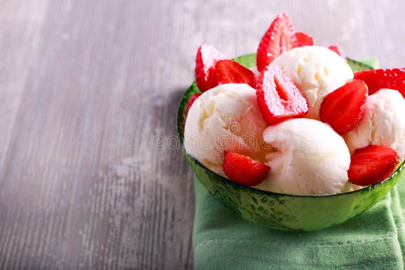 Σέσουλες παγωτού με την τεμαχισμένη φράουλα στοκ φωτογραφία