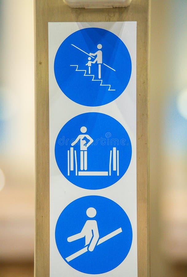 Σήματα για τις κυλιόμενες σκάλες στοκ εικόνα με δικαίωμα ελεύθερης χρήσης