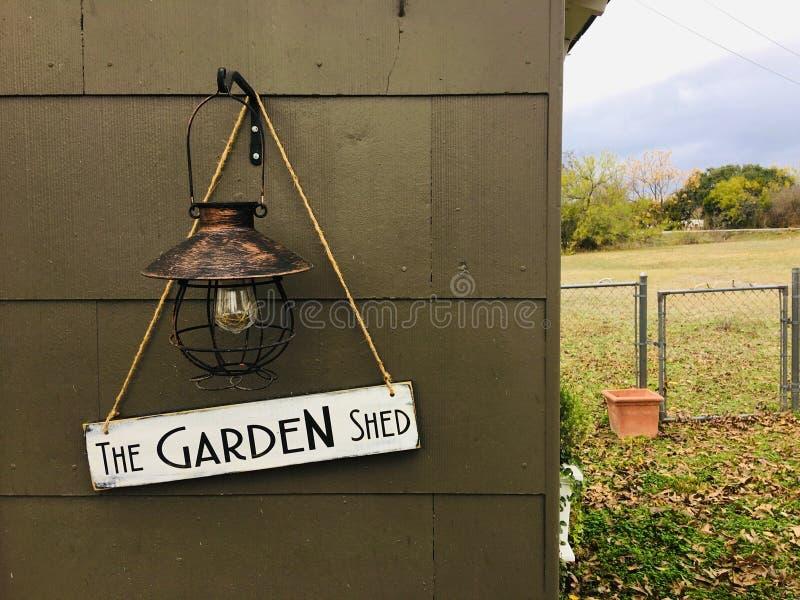 Σήμα κρεμασμένο έξω από την αποθήκη κήπου στοκ φωτογραφία με δικαίωμα ελεύθερης χρήσης