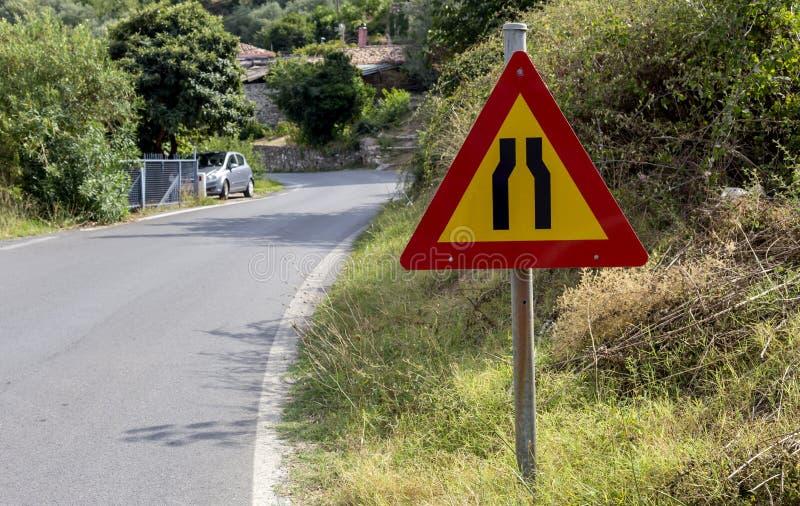 Σήμα 'Περιορισμός του δρόμου και στις δύο πλευρές' στοκ φωτογραφίες