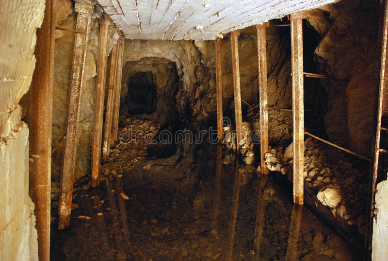 Σήραγγα με τα στηρίγματα στο ορυχείο στοκ εικόνες με δικαίωμα ελεύθερης χρήσης