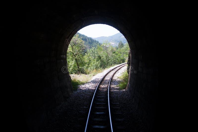 Σήραγγα σιδηροδρόμου στα βουνά στοκ φωτογραφίες με δικαίωμα ελεύθερης χρήσης