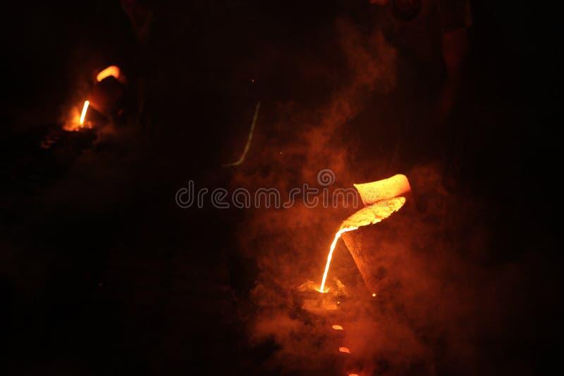 Σίδηρος στο λειωμένο υγρό σε μια πυρκαγιά στοκ εικόνες με δικαίωμα ελεύθερης χρήσης