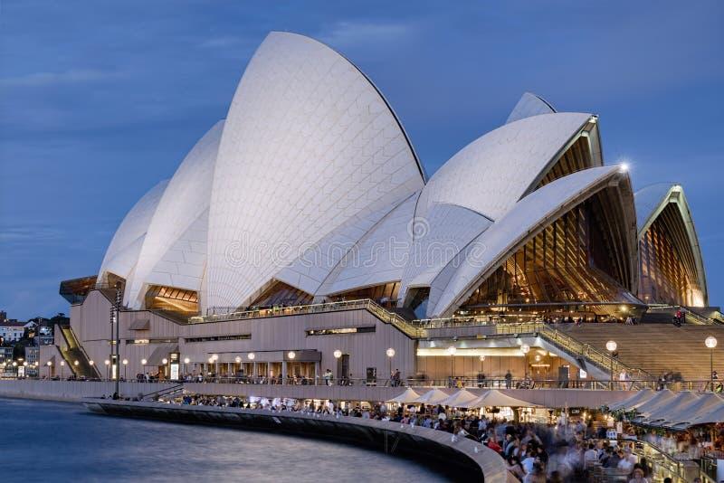 Σίδνεϊ, Αυστραλία - το Σεπτέμβριο του 2016 circa: Όπερα του Σίδνεϊ στο σούρουπο σε ένα Σαββατοκύριακο στοκ φωτογραφίες
