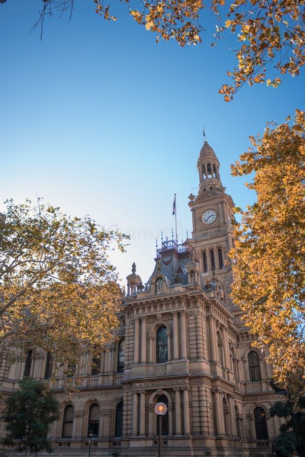 Σίδνεϊ, Νότια Νέα Ουαλία/Αυστραλία - 13 Μαΐου 2016: κάθετος πυροβολισμός του Δημαρχείου μια ηλιόλουστη ημέρα με τα δέντρα στο πρώ στοκ φωτογραφίες