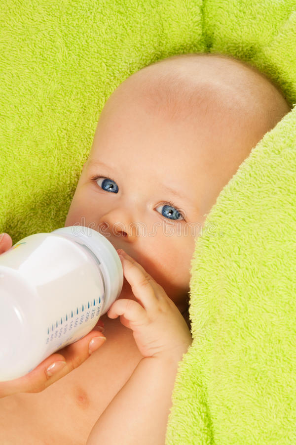 Σίτιση του γάλακτος με το μπουκάλι μωρών στοκ εικόνα με δικαίωμα ελεύθερης χρήσης