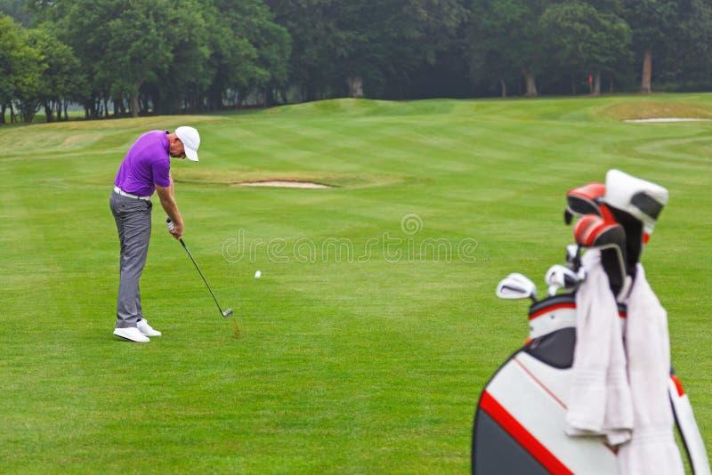 Σίδηρος παικτών γκολφ που πυροβολείται σε μια ισοτιμία 4 τη στενή δίοδο. στοκ εικόνα με δικαίωμα ελεύθερης χρήσης