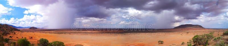 Σαβάνα στο πανόραμα της Αφρικής Κένυα επιπλέον ευρέως στην πρόσθετη υψηλή ανάλυση στοκ εικόνες