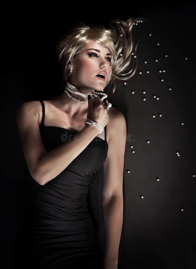 Σαγηνευτική γυναίκα πολυτέλειας στοκ φωτογραφία με δικαίωμα ελεύθερης χρήσης