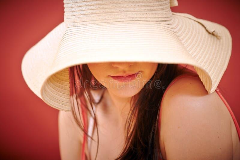 Σαγηνευτική γυναίκα στα θερινά εμπορεύματα στοκ εικόνα με δικαίωμα ελεύθερης χρήσης