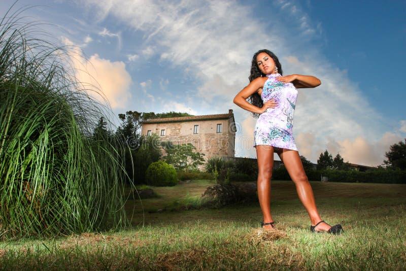 Σαγηνευτική γυναίκα στη χώρα, σπίτι στην απόσταση στοκ εικόνες με δικαίωμα ελεύθερης χρήσης
