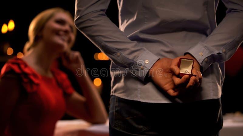 Σαγηνευτικός θηλυκός ευτυχής να δει το φίλο με το πολύτιμο δώρο, ρομαντική ημερομηνία, αγάπη στοκ φωτογραφία με δικαίωμα ελεύθερης χρήσης
