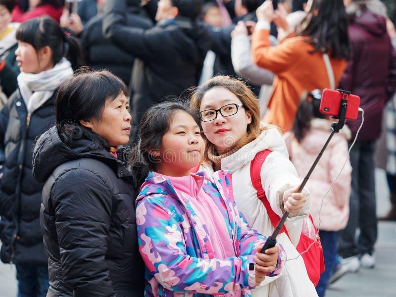 Σαγκάη, Κίνα - ο Ιαν. 26, 2019: Το φεστιβάλ φαναριών στο κινεζικό νέο έτος χοίρων έτους, ευτυχής οικογένεια παίρνει selfie στους  στοκ εικόνες