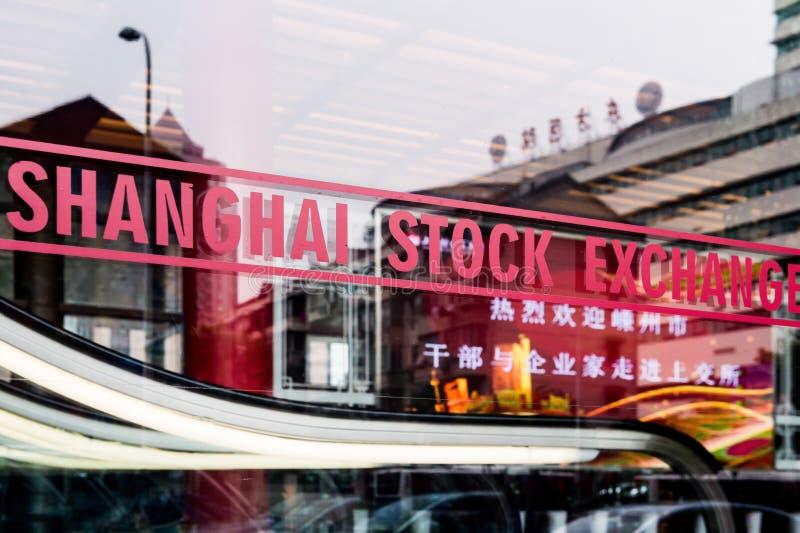 ΣΑΓΚΆΗ, ΚΙΝΑ - τον Ιανουάριο του 2018: Σημάδι χρηματιστηρίου της Σαγκάη στο παράθυρο γυαλιού στην αναπτυγμένη πόλη της Κίνας στοκ εικόνα