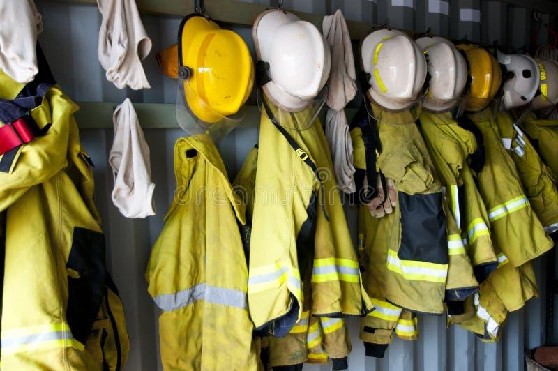 Σακάκια και κράνη πυροσβεστών στοκ φωτογραφία με δικαίωμα ελεύθερης χρήσης