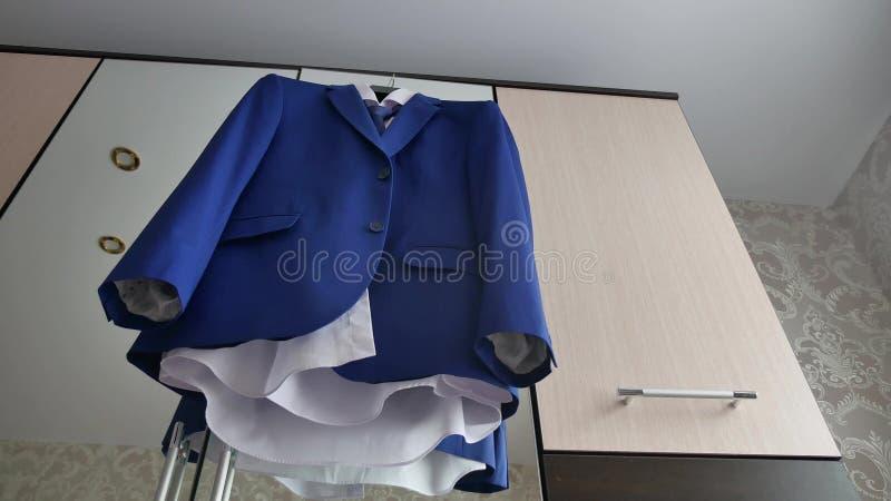 Σακάκι επιχειρηματιών και κοστουμιών Το σακάκι κοστουμιών κρεμά στην κρεμάστρα στο δωμάτιο στοκ φωτογραφίες με δικαίωμα ελεύθερης χρήσης