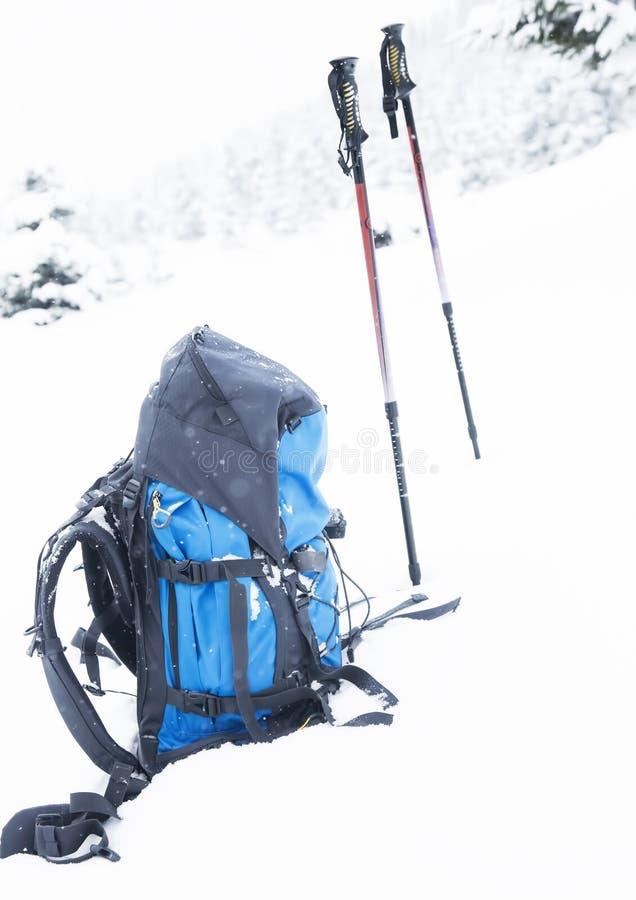 Σακίδιο πλάτης βουνών με τα ραβδιά οδοιπορίας στοκ φωτογραφίες με δικαίωμα ελεύθερης χρήσης
