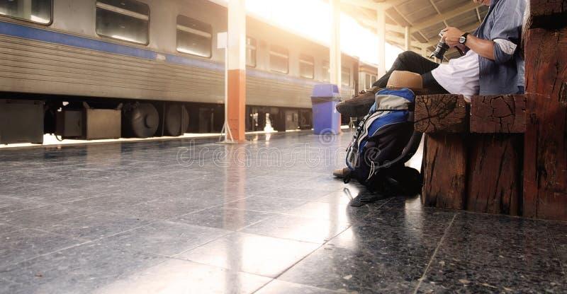 Σακίδιο πλάτης και καπέλο στο σταθμό τρένου με έναν ταξιδιώτη στοκ φωτογραφία με δικαίωμα ελεύθερης χρήσης