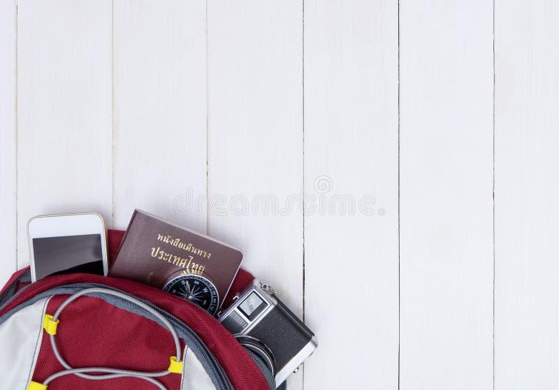 Σακίδιο πλάτης ταξιδιού Backpacker με τα εξαρτήματα ταξιδιού άσπρο σε ξύλινο στοκ φωτογραφία με δικαίωμα ελεύθερης χρήσης