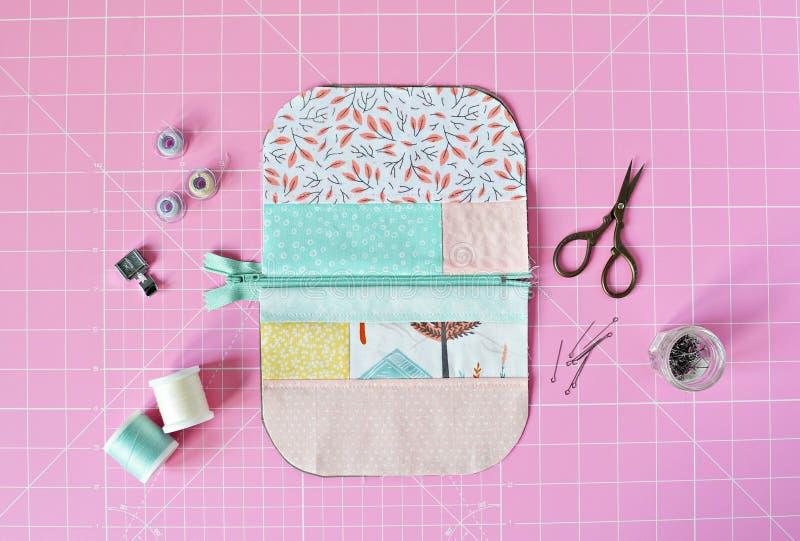 Σακούλα φερμουάρ βαμβακιού, ράβοντας προμήθειες και ρόδινο τέμνον χαλί στοκ φωτογραφίες