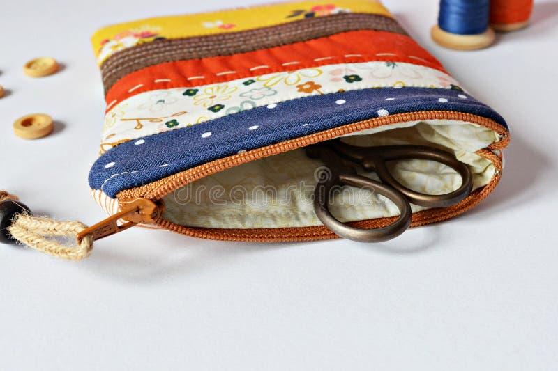 Σακούλα φερμουάρ προσθηκών και αναδρομικό ψαλίδι στοκ εικόνες με δικαίωμα ελεύθερης χρήσης