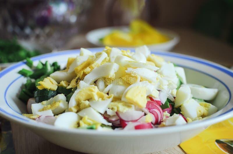 Σαλάτα άνοιξη με το ραδίκι, το αγγούρι, τα αυγά και την ξινή κρέμα Κινηματογράφηση σε πρώτο πλάνο στοκ φωτογραφίες